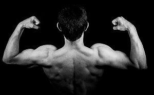 Abbildung: Kräftiger trainierter Mann