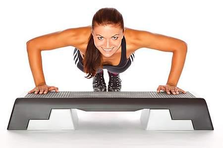 Straffe Muskeln und Gewichtsabnahme beim Krafttraining für Frauen mit einer Liegstütz